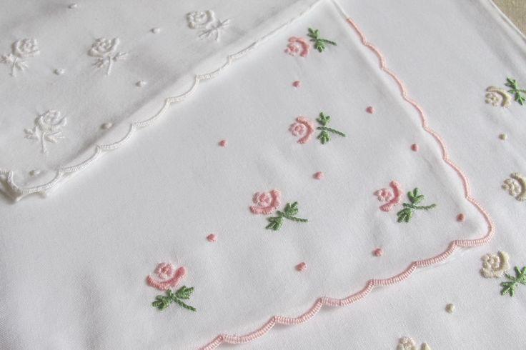 Lenços em algodão bordados com garanitos, flores bastidas, caseado, ponto corda e matiz.
