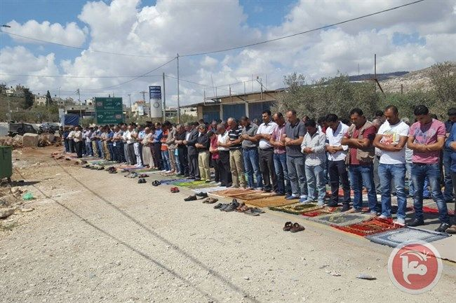 Protes Penutupan Jalan Warga Beita Jumatan di Jalanan  Foto: Maan News Agency  NABLUS Sabtu (Maan News Agency): Puluhan warga Palestina melaksanakan shalat Jumat di persimpangan jalan sebelah utara desa Beita Tepi Barat terjajah untuk memprotes penutupan pintu masuk utama desa yang telah berlangsung selama lima hari berturut-turut. Walikota Beita Wassef Maalla mengatakan pada Maan bahwa tindakan warga Palestina itu merupakan aksi protes menuntut pasukan Zionis membuka kembali jalan-jalan di…