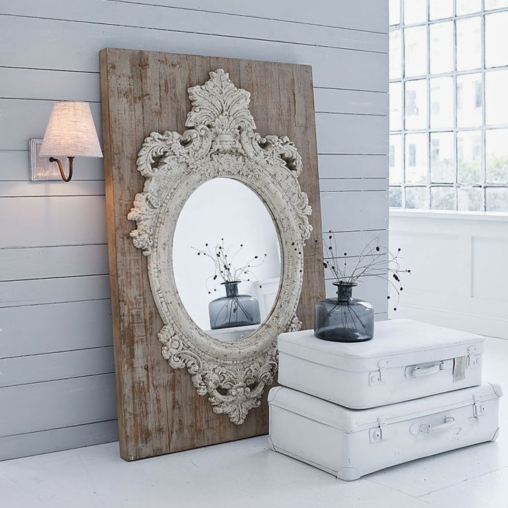 Le miroir devient plus imposant lorsqu'appliqué sur une planche de bois...