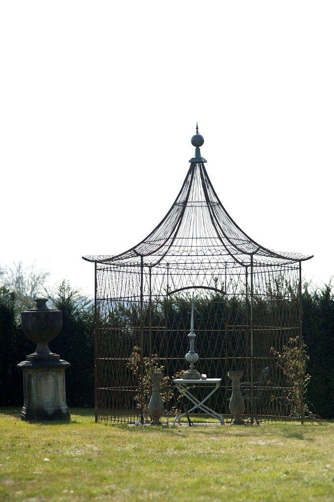 Antiek ijzeren prieeltje, toegepast in een tuin door Theo en Ruth Evers - antieke bouwmaterialen.