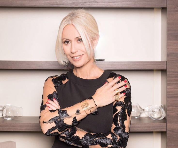 Η Μαρία Μπακοδήμου  στη φωτογράφισή της στο περιοδικό You, με το Γούρι με την καλότυχη λιβελούλα σε βραχιόλι και δαχτυλίδια Li-LA-LO!