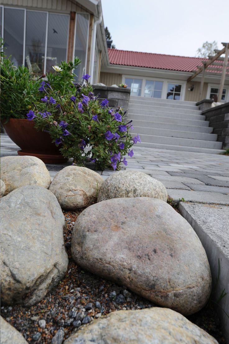Kullersten livar upp vilken trädgård som helst. Här ser du Kullersten, 800 kg tillsammans med marksten i betong. #kullersten