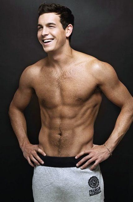 Mario Casas just casual with his 6 pack....