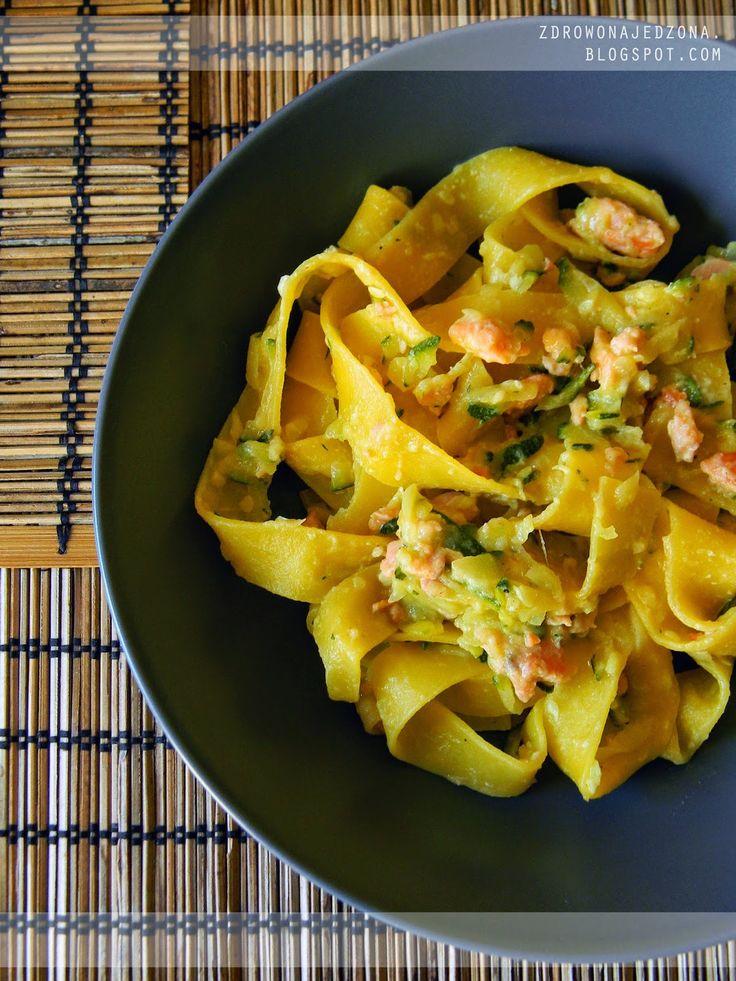 czyli o tym, że zdrowe jedzenie nie musi być nudne :): Świeży makaron z cukinią i łososiem