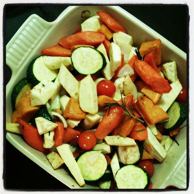 mix van gebakken groentjes met vlees. Eerst stomen en daarna de oven in met flink wat olijfolie en rozemarijn. (foto/recept door An Dewaele)