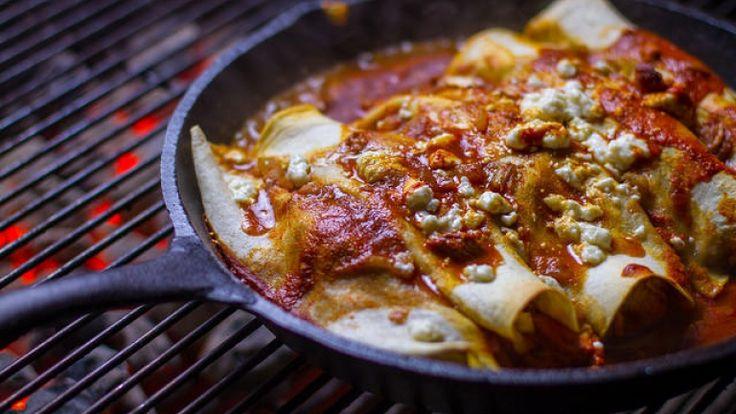 Cibo messicano: enchiladas con pollo, salsa di pomodoro e formaggio fuso