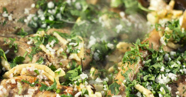 Vitlök- och salviakryddad fläskkotlett i smaklig panna med spännande spätzle.