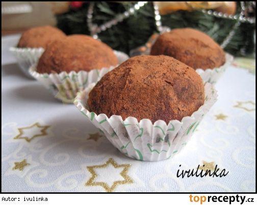 Brambory s vůní mandlíěsto: 250 g dětské krupice 120 g másla 230 g mletého cukru 4 velké lžíce vody mandlové tresti - 7-8 ml  piškoty marmeláda rum kakao