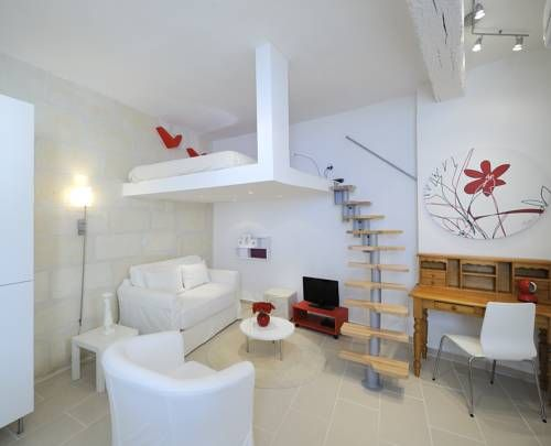 Loft Rue du Grau - 1st Arles Loft Rue du Grau - 1st is an apartment located in Arles, 800 metres from Amphitheatre (les Arenes).  A microwave, a toaster and a fridge can be found in the kitchen. A flat-screen TV with satellite channels is provided.
