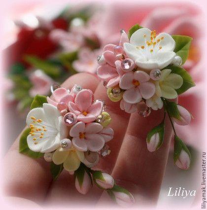 Купить или заказать Серьги ' Яблоня в цвету-2' в интернет-магазине на Ярмарке Мастеров. Эти серьги, сделаны по мотивам полюбившихся 'Яблони в цвету' - нежные цветы ручной работы, украшены стразами Сваровски. можно сделать такое же колеч…