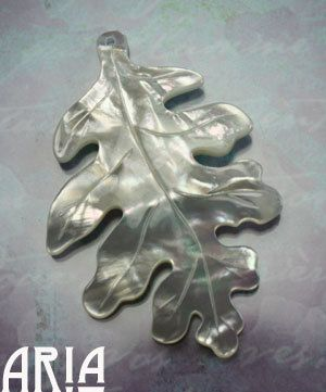 MOTHER OF PEARL: 38x58mm Mother of Pearl gesneden Lacey eiken blad hanger (1)