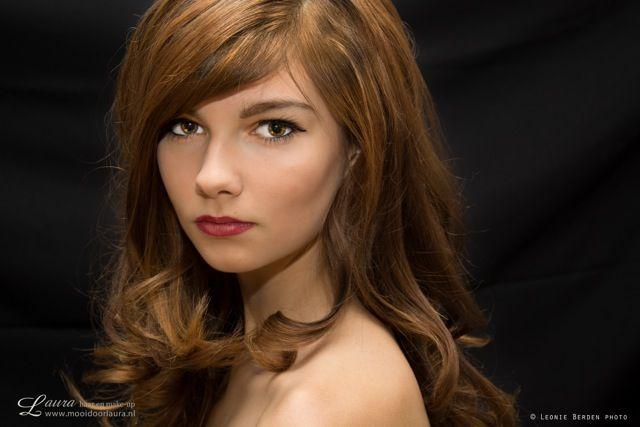 Iske met een glamourlook. Grove krullen en rustige make-up met een mooie rode lippenstift. www.mooidoorlaura.nl