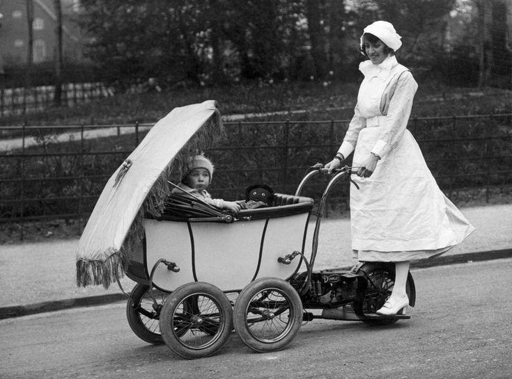 Kinderwagens. Gemotoriseerde kinderwagen / kinderwagenautomobiel  met parasol bestuurd door een Engelse nanny (kindermeisje). Fabrikant: de Engelse firma Dunkley. London, 1922.