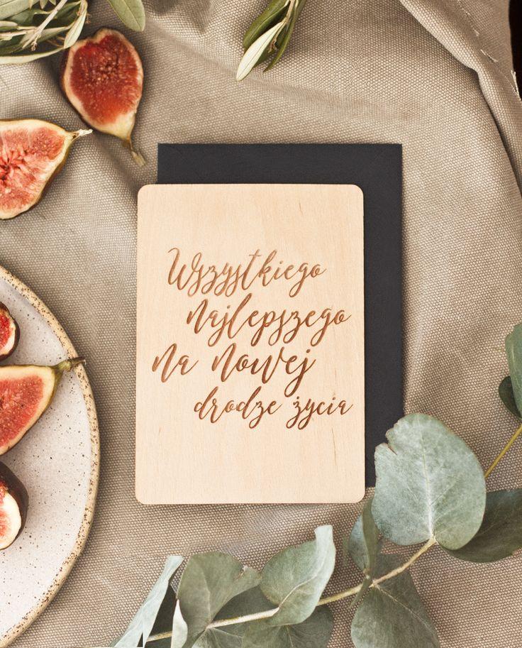 """Drewniana kartka ślubna znapisem: """"Wszystkiego najlepszego na nowej drodze życia"""" zapisana kaligraficznym krojem pisma. Kartka wykonana jest z cienkiego kawałka drewna olchowego.Tył kartki może posiadać linie, po których można pisać lub posiadaćspersonalizowane życzenia."""
