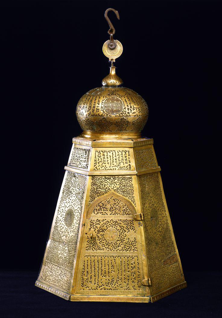 Lampe af messing, gennembrudt, graveret og indlagt med sølv Egypten; 14. århundrede H. inklusiv krog: 71,5 cm