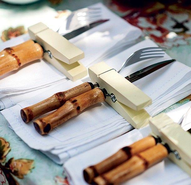Em um churrasco, sobre os guardanapos de pano, os pregadores grandes mantêm lado a lado os garfos e as facas