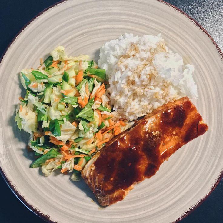 Gårdagens galet goda middag 😋 Lax teriyaki med jasminris och sallad med apelsin- och sojavinägrett 🙏🏼 #soja #vinägrette #ris (glömde sesamfrö)