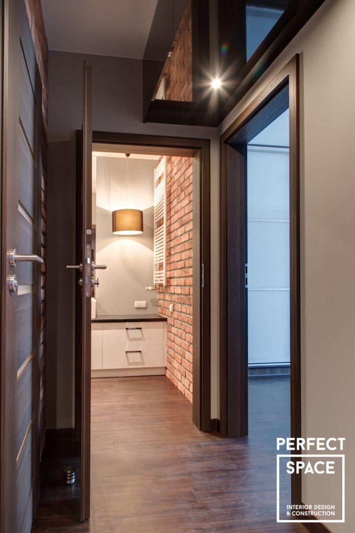 Utrzymane w ciemnej, przyjemnej kolorystyce. Ściany z cegły nadają industrialnego klimatu. Całość znajdziecie na:  http://perfectspace.pl/realizacje/0/