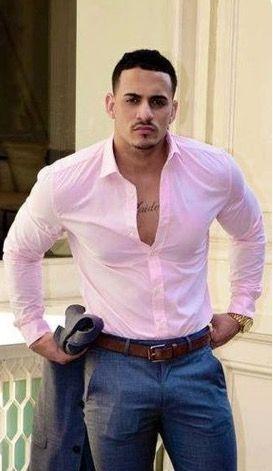Pantalon de vestir color gris y camisa rosa