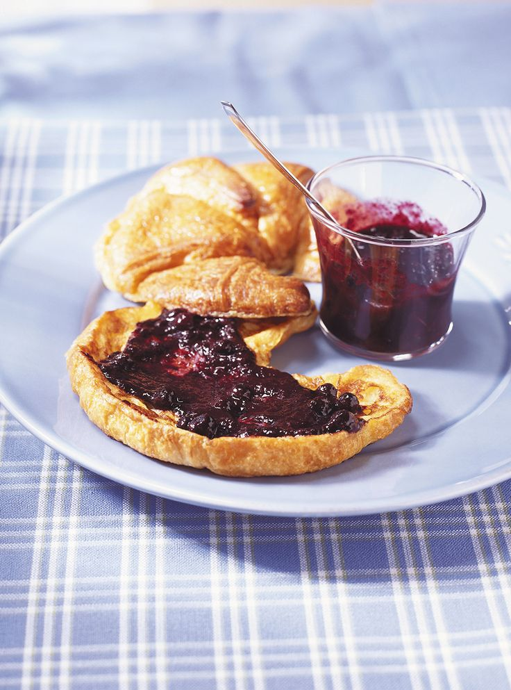 Recette de Ricardo de croissants dorés et sauce aux bleuets. Petit déjeuner facile et rapide à préparer, pouvant aussi être servi au brunch.