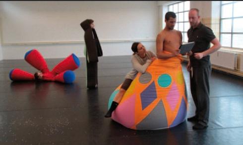 Bonnefantenmuseum Maastricht, NL Tijdens het Museumweekend geeft Project Sally Maastricht een paar keer per dag een prachtige dansvoorstelling: 'Zhar-Ptitsa, De Vuurvogel'. Vier dansers worden een geheel, met spectaculaire kostuums van Thera Hillenaar en muziek van de bekende Russische componist Igor Stravinsky.