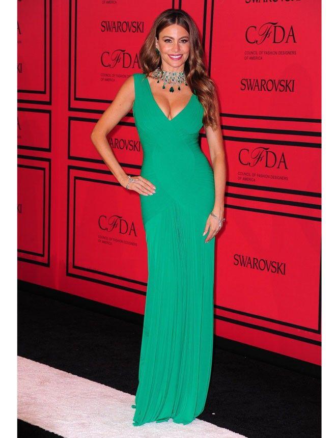 Espectacular Sofía Vergara con vestido verde esmeralda y joyas de Lorraine Schwartz. ¡Adoramos lo sexy que es! http://www.marie-claire.es/moda/tendencias/fotos/premios-cfda-2013-alfombra-roja/sofia-vergara1