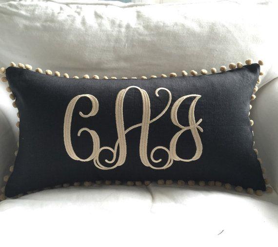 Con monograma funda de almohada de lino Pom Pom por peppermintbee