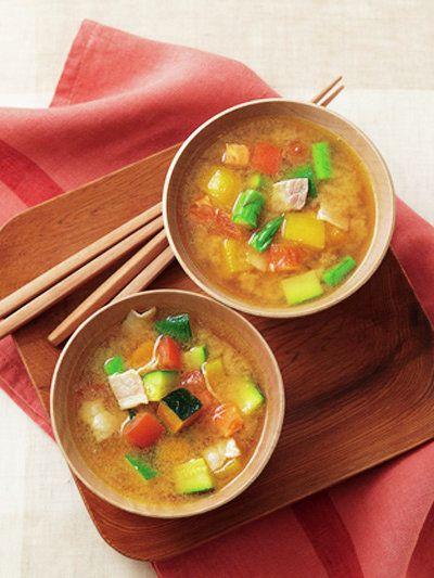 トマトとオリーブオイルで新感覚の味噌汁が完成!|『ELLE a table』はおしゃれで簡単なレシピが満載!