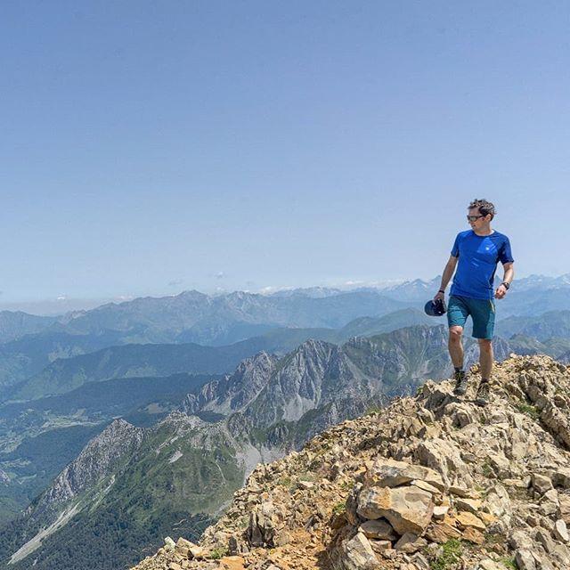 En Las Cumbres De Los Pirineos Junto Al Valle De Hecho Un Bonito Valle De Huesca Con Rutas Menos Transitadas Y Cumbr Instagram Natural Landmarks Grand Canyon