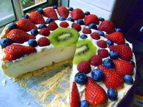 Pavlova, my favrit dessert ever. This one looks like a very well homemade