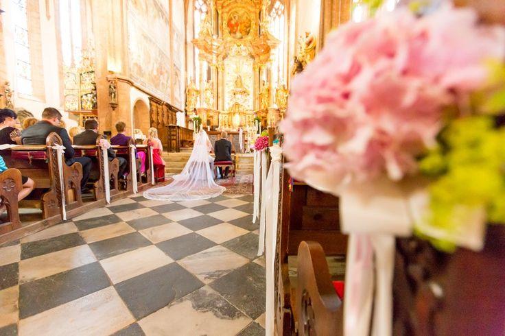 Ein mondän-lieblicher Traum aus Rosa und Pink! Lasst euch von dieser Hochzeit im Schloss Loretto am Wörthersee inspirieren.