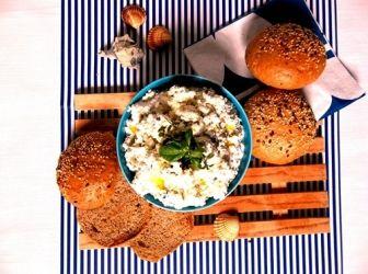Mediterrán túrókrém recept: Egy újabb ötlet, hogy ne bolti vackokkal kenjük meg a kenyeret. A túróhoz feta sajtot kevertem, kétféle friss bazsalikommal, oreganoval és fokhagymával ízesítettem. Magos pirítóssal és egy nagy kupac paradicsommal, uborkával verhetetlen vacsora!