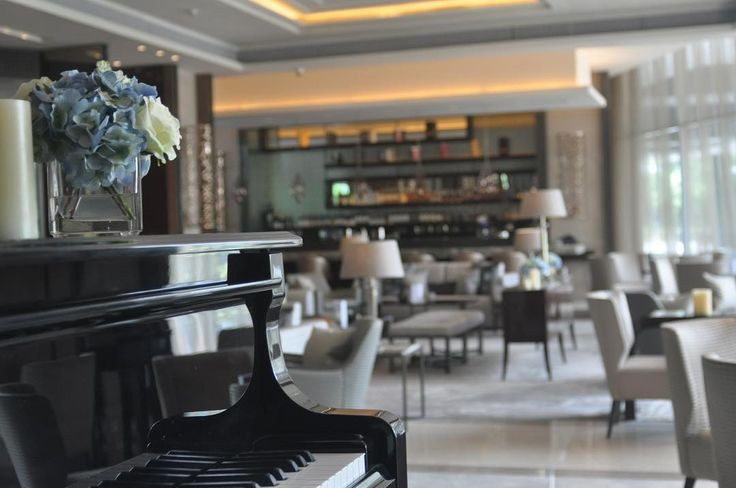 Listening to the strains of music accompanied by your loved ones and spiritous drinks could simply provide your mind and body at ease; definitely a perfect escape from the hustle and bustle. #sheratongrandjakarta #thelobbylounge