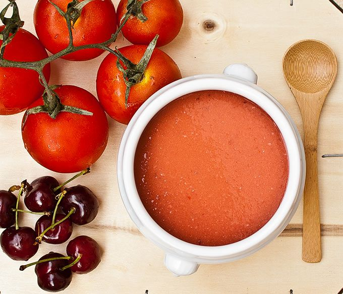 Gazpacho con cerezas además de sus ingredientes tradicionales.