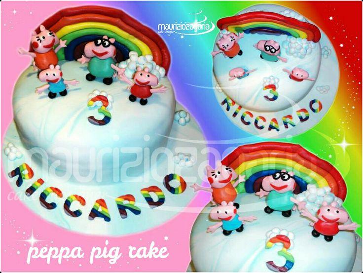 La PEPPA PIG cake,realizzata per il piccolo Riccardino..con pan di spagna in tre strati arcobaleno,bagnata alla panna farcita con crema al cioccolato e meringa sbriciolata,ricoperta e decorata con pasta di zucchero.