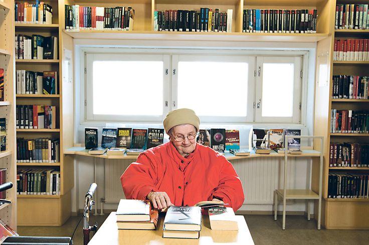 Ikäihminen kirjastossa. Kuva: Koti & Kaupunki 1/2013