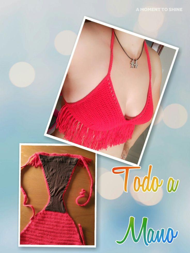 Bikini crochet con flecos Rojo pasión, anudado en cuello y espalda, sin copas. Braguita anudada en las caderas y forrada en el interior.