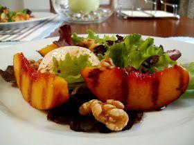 Ensalada de Lechugas Variadas con Nectarinas Asadas, Queso Mozarrella y Nueces