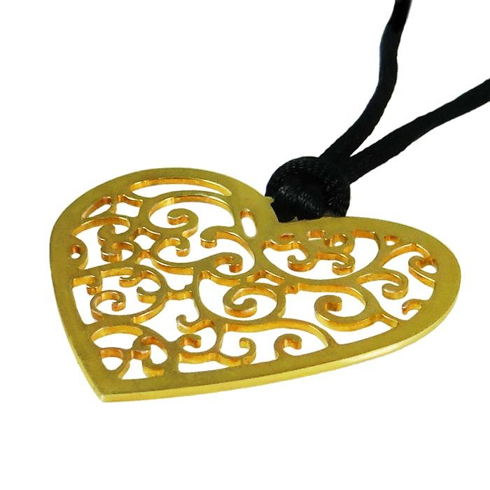 A pendant in the shape of a heart with a decorative pattern of paisley inside it. A unique gift, to give to your sweetheart and express your deepest feelings! Dimensions: 4,5cm x 4cm Gold-plated 24K Silver