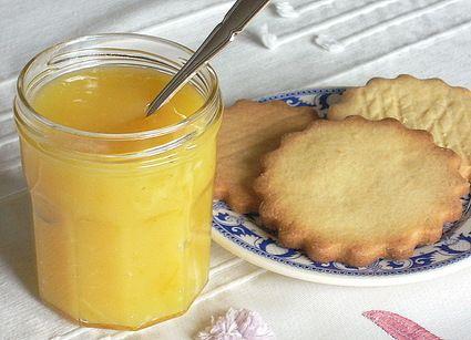 Recette proposée par Isabelle Bonneau Venu tout droit de grande-bretagne, le lemon curd est une crème au citron qui doit sa texture lisse et fondante au mélange des œufs, du beurre et du sucre....