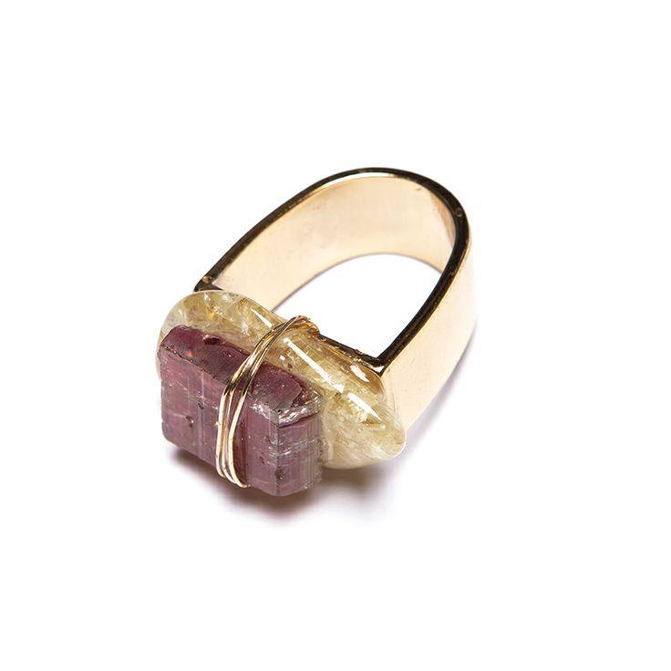 Anel com base de metal dourado, fio cabelo de anjo, pedras turmalina rosa e danrubita