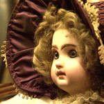 La cera fue utilizada desde tiempos ancestrales para la fabricación de muñecas en Grecia e Italia. En general se hacían sobre papel mache y se reforzaban interiormente con yeso. Hacia el año 1.800 las familias Montanari y Pierotti eran las mayores productoras en Inglaterra. La muñeca de la imagen es una Montanari, una muñeca de cera con ojos de cristal y se puede ver junto a la colección de muñecas del museo Fernández Blanco. Las hacían en Inglaterra entre 1855 y 1860