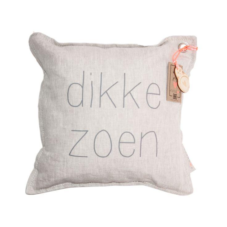 Woonaccessoires Zusss - kussen dikke zoen Je leest het op http://www.stijlhabitat.nl/de-leukste-items-van-zusss-voor-in-huis/