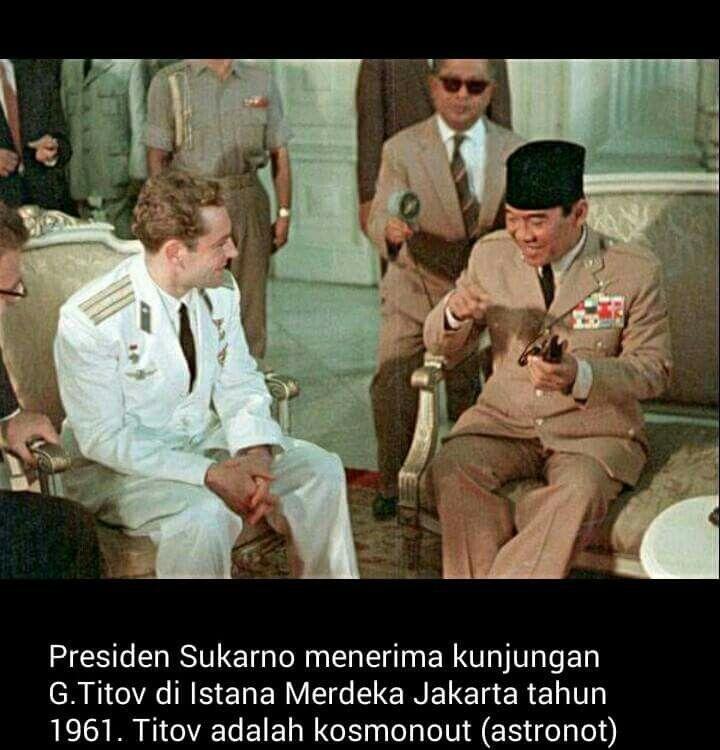Presiden Soekarno di Gedung Istana Merdeka_