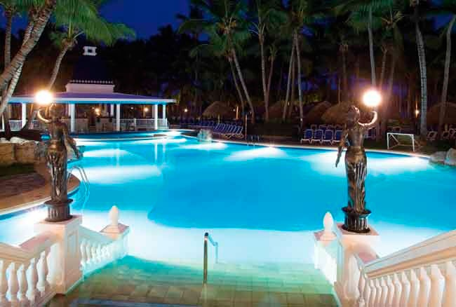 En el ClubHotel Riu Bambu encontrarás tres piscinas de agua dulce, terraza-solárium y jacuzzi. Situado en Punta Cana, República Dominicana, el ClubHotel Riu Bambu (Todo Incluido 24h) es perfecto para vivir intensamente tus vacaciones y estar siempre rodeado de un gran confort en plena naturaleza tropical. ClubHotel Riu Bambu – Hotel en Punta Cana – Hotel en República Dominicana - RIU Hotels & Resorts