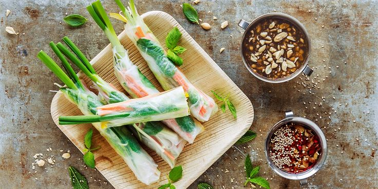 Vietnamesiske vårruller med grønnsaker og to sauser.