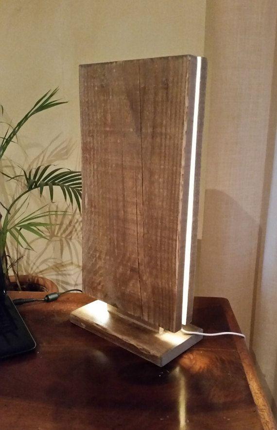 Aufgearbeiteten Holz Tischleuchte Magùt  Grösse in cm: L 23:00 Tot 5/12 49 P  Gemacht mit alten Planken geborgen und behandelt mit wasserbasierten Lack klar Matt Ich habe PHILIPS led-leuchten LIGHTSTRIPS komplett durch den Hersteller, Betrieb mit 220v montiert. Wichtig: Überprüfen Sie die Spannung in Ihrem Land und benötigen Sie Adapter zu vermeiden beschädigen Sie die Lampe.