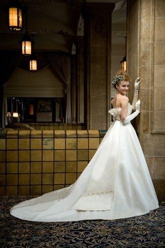 ブライダルハウスTUTU(Bridal House TUTU) 高級感溢れるシルクサテンを使用したドレス。白いシルクの花嫁衣装・ウェディングドレスのまとめ一覧です♡