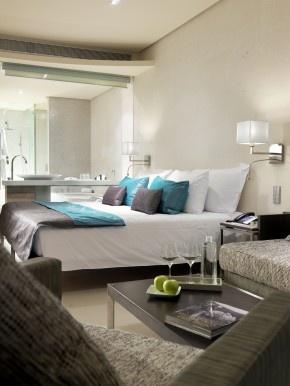 Slaapkamer Designhotel Aguas op Ibiza. Een hotelslaapkamer hoeft niet altijd alleen maar neutrale kleuren te hebben. In deze hotelkamer van het Aquas hotel op Ibiza is er gebruik gemaakt van aquablauw als accentkleur. Kies dan wel voor maar één accentkleur en houd de rest van de ruimte rustig. Designhotels