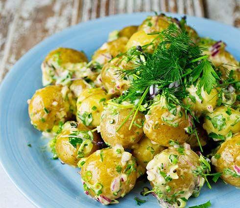 Potetsalat med sennepsdressing, sjalottløk, vårløk og urter. Smaker nydelig og er skikkelig sommermat. Se oppskrift her!
